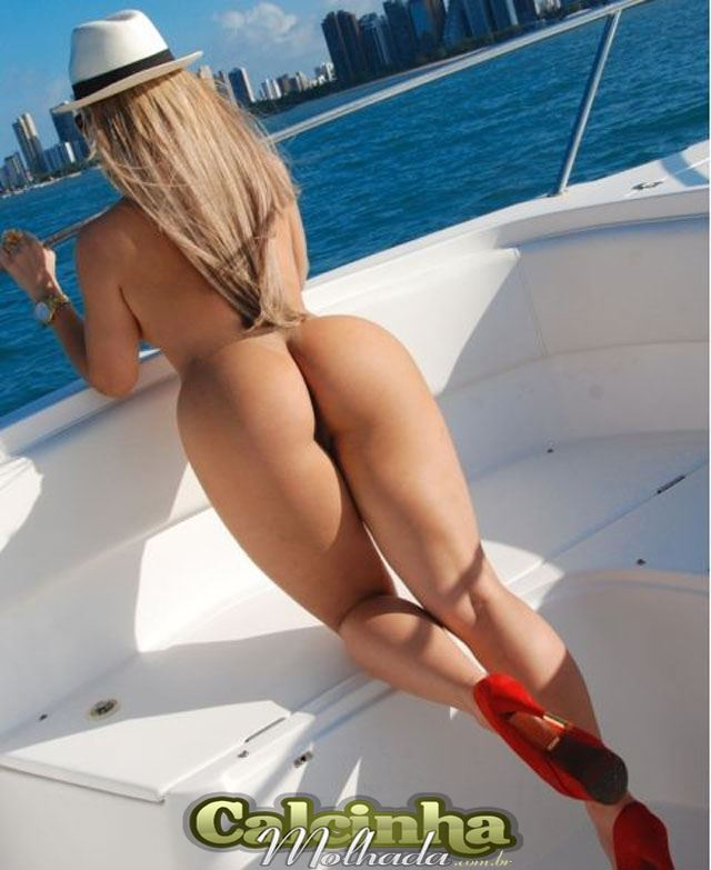 Loira toda gostosa desfilando suas curvas