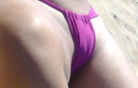 Gostosona tirando onda peladinha na praia