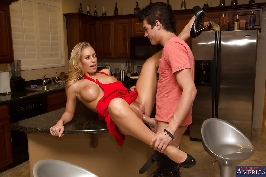 Грудастую Жену На Кухне