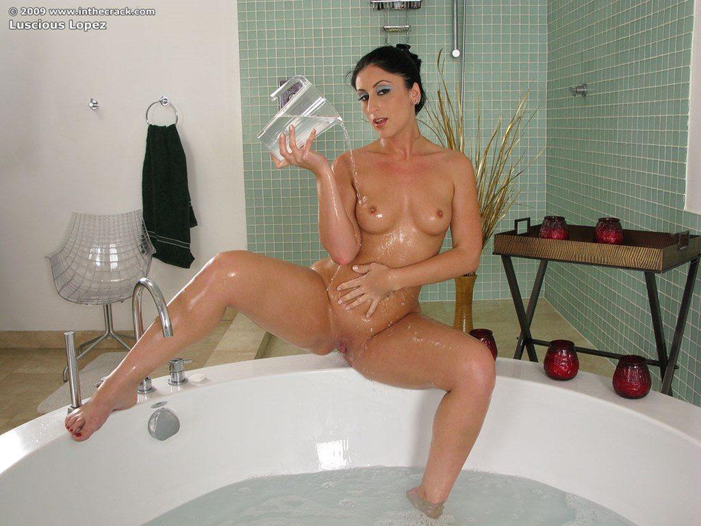 Morena-cavala-tomando-banho-15