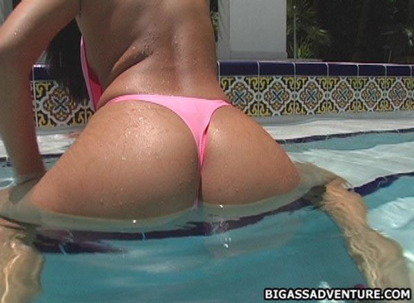 morena-tesuda-exibindo-o-cagao-na-piscina-11