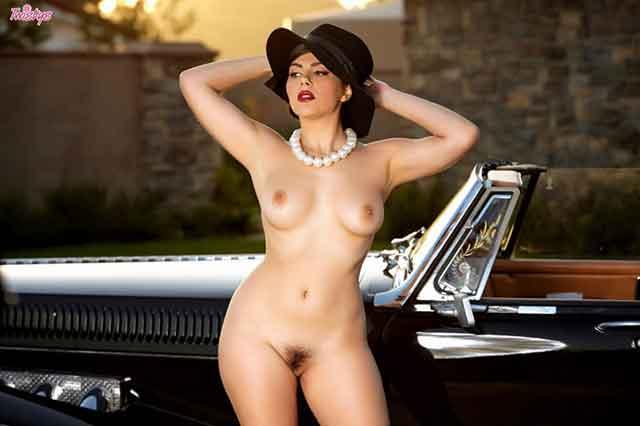 Morena tesuda mostrando sua buceta saborosa em ensaio erótico