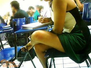 Gata flagrada sem calcinha na sala de aula