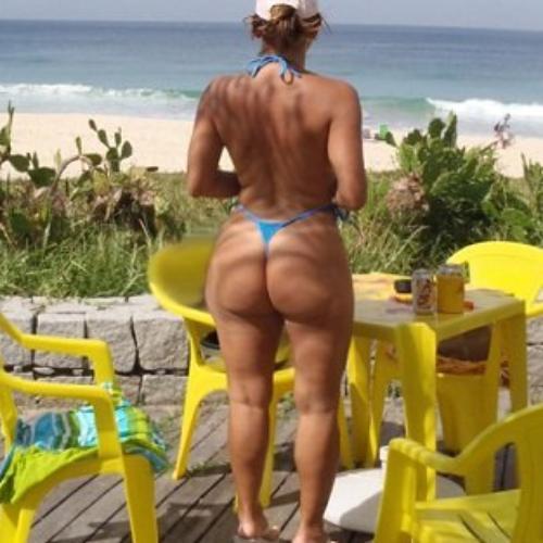 Madura boazuda tirando onda na praia