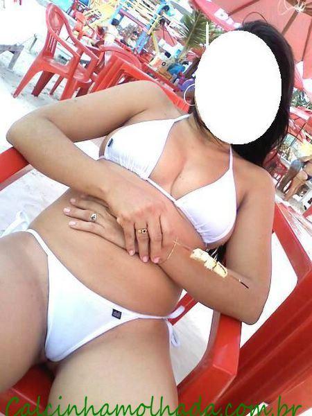 esposa se exibindo na praia com seu biquini branco