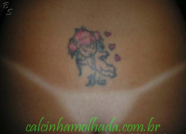 Gatinha amadora exibindo sua tatuagem